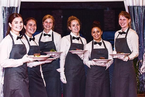 Kellner von food et event mit Tellern in der Hand