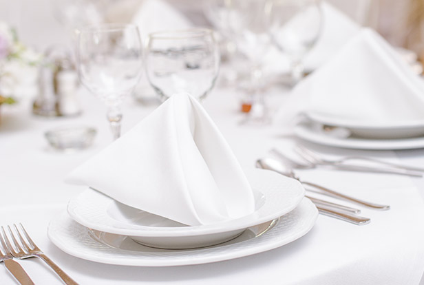 in weiß gedeckter Tisch