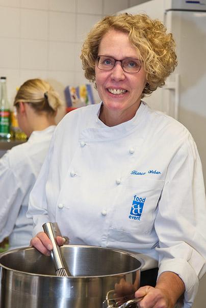 Mitarbeiterin von food et event am kochen