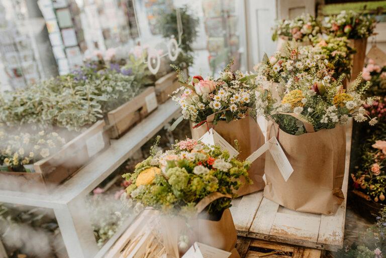 verschiedene Blumensträße von Schwesterherz in ener Reihe