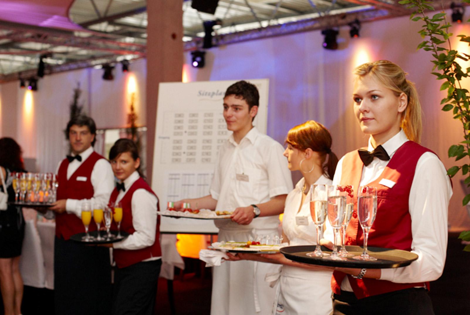 Kellner von food et event mit Tablets in der Hand