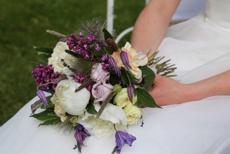 Hochzeitstrauß der von der Braut gehalten wird