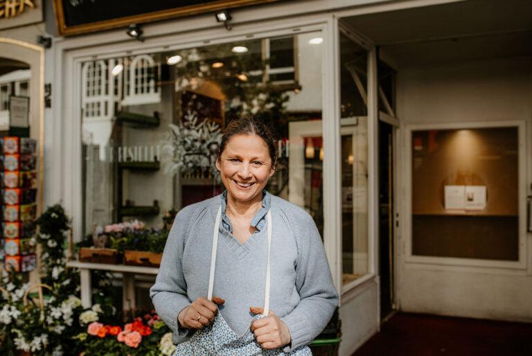 Inhaberin von Schwetserherz vor ihrem Laden