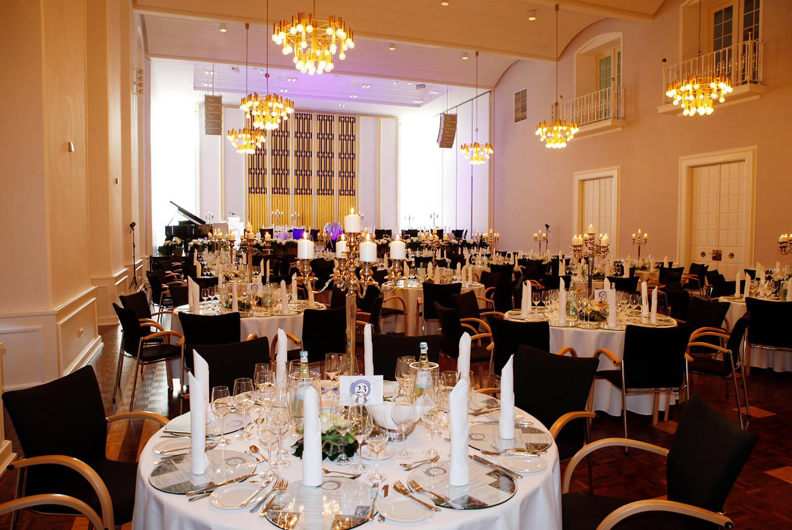 Festsaal mit vielen runden Tischen