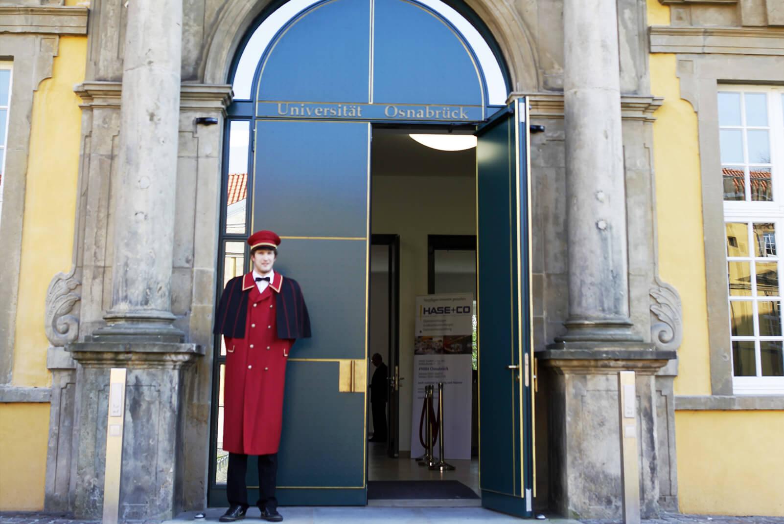 Portier vor der Universität Osnabrück