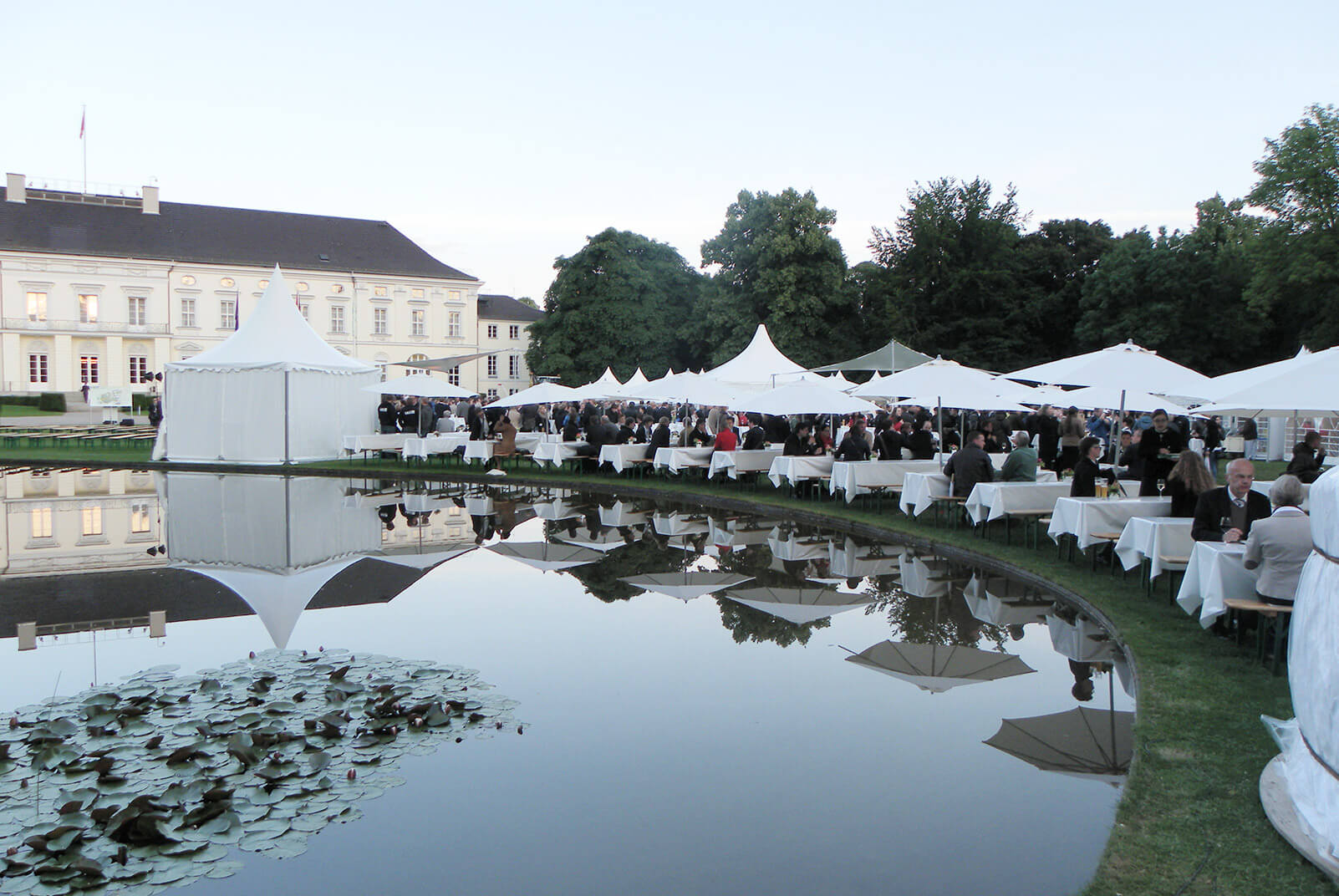 Zelte, Tische und Bühne aufgebaut von food et event