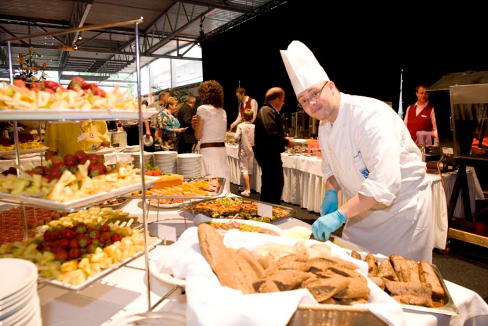 ein Mitarbeiter von food et event arbeitet am Buffett