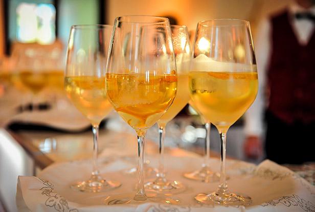 vier Weingläser gefüllt auf einem Tablett