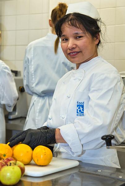 Mitarbeiterin von food et event in der Küche