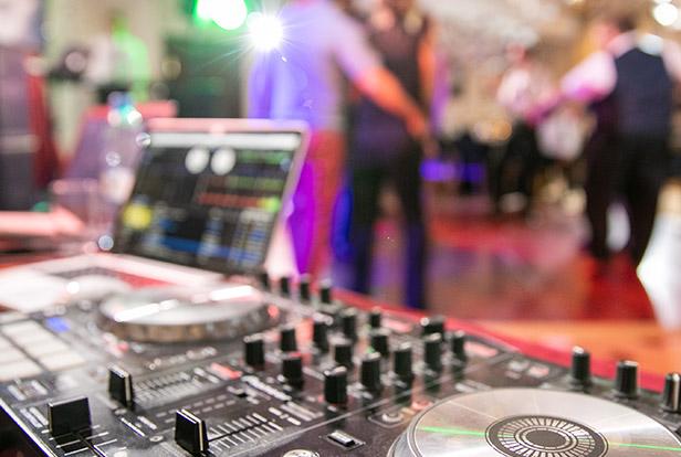 DJ Pult mit Laptop
