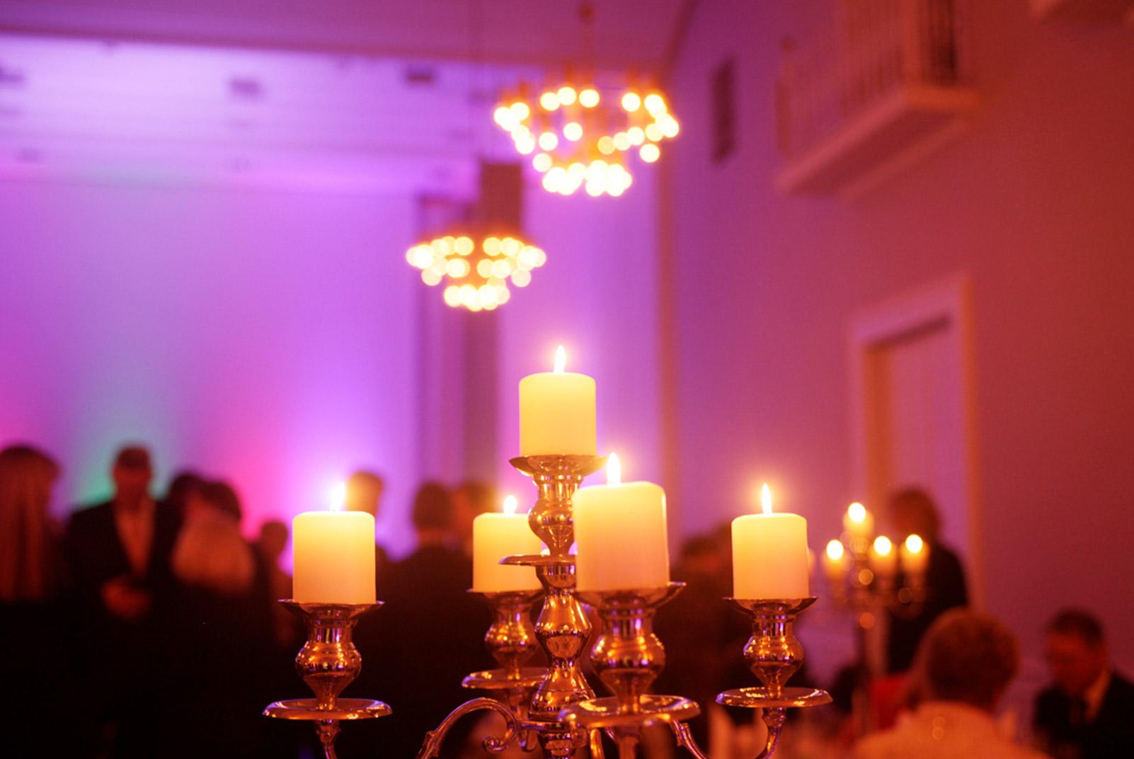 Kerzenständer in einem Festsaal