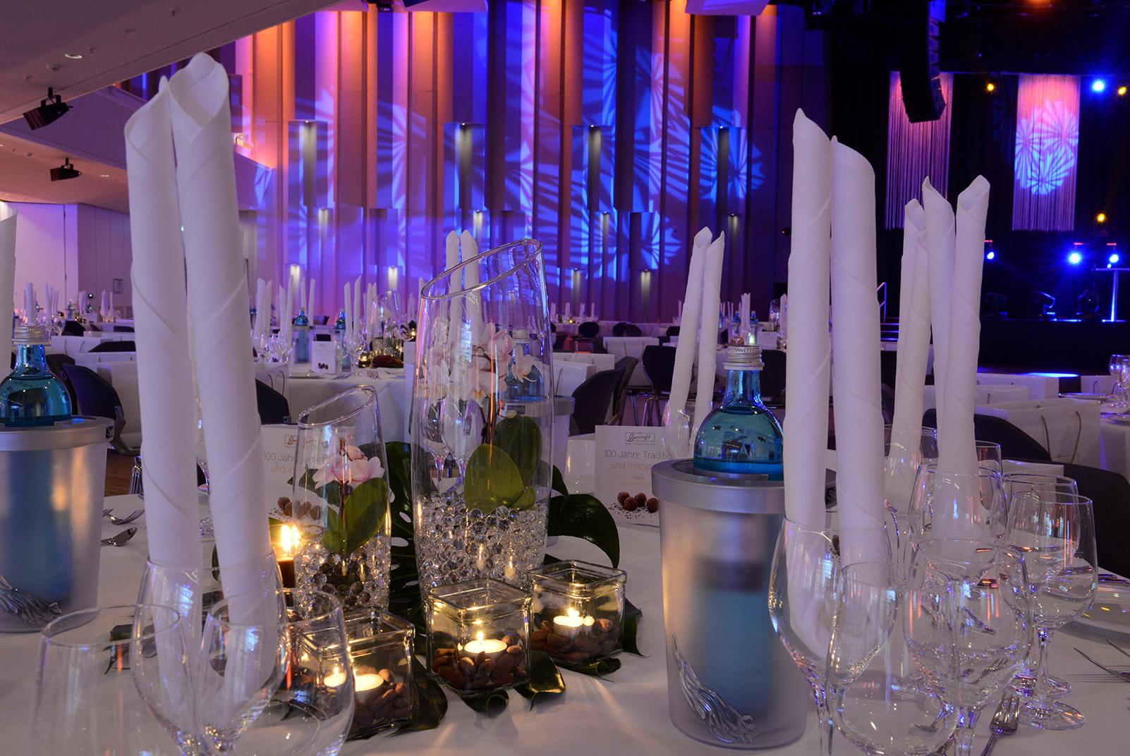 gedeckter Tisch in einem festsaal