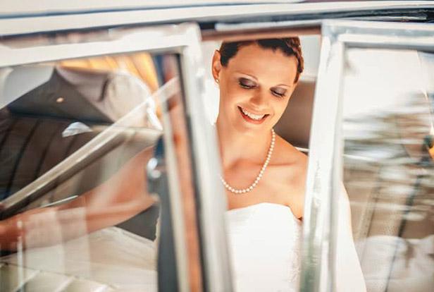 Braut im Auto