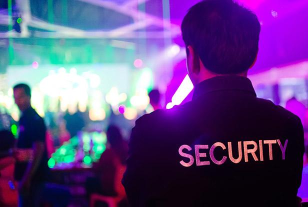 Security beobachtet die Feier