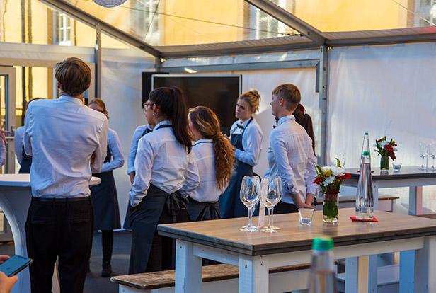 das Kellner Team von food et event steht um einen Tisch