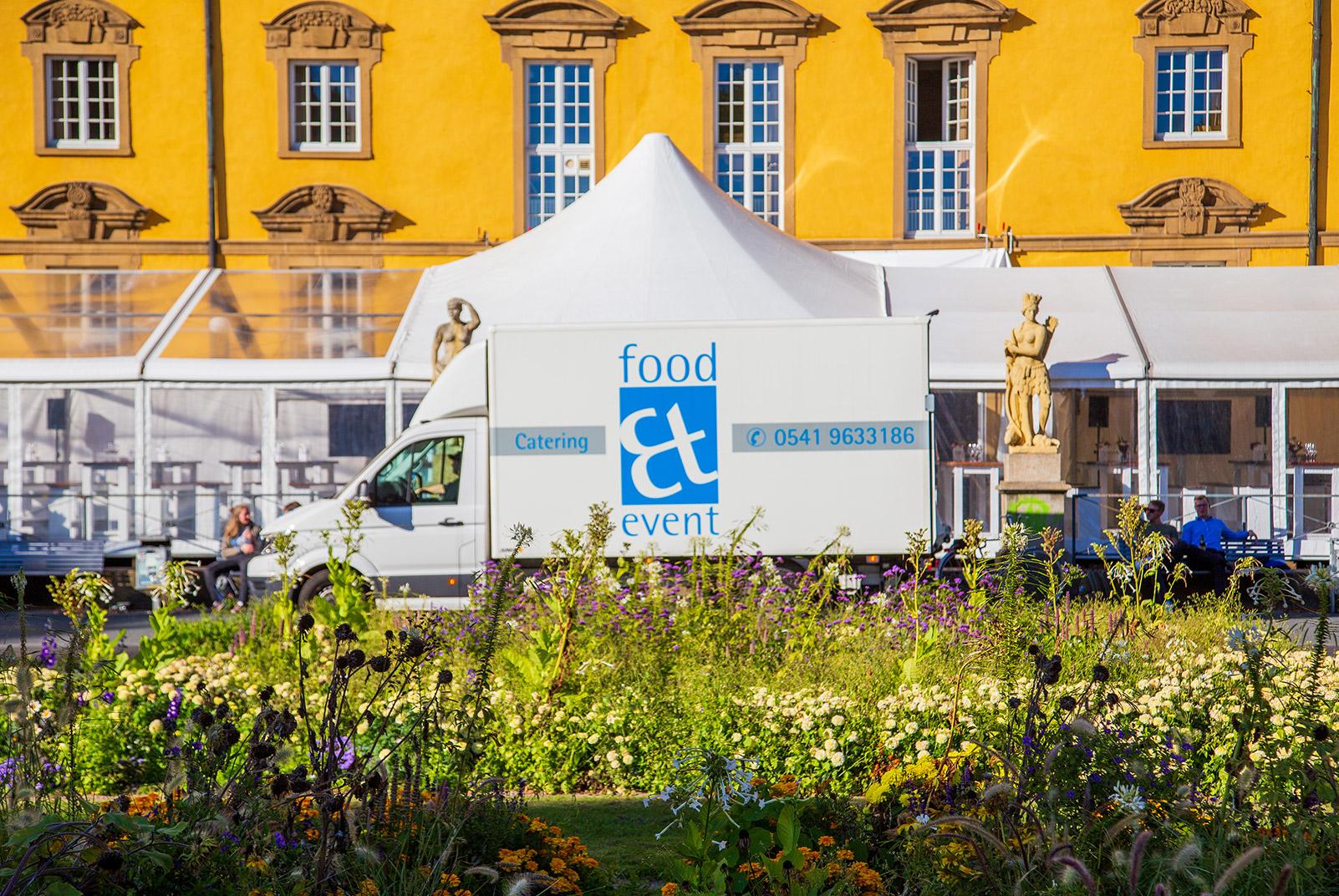 der lieferwagen von food et event steht vor einem Zelt
