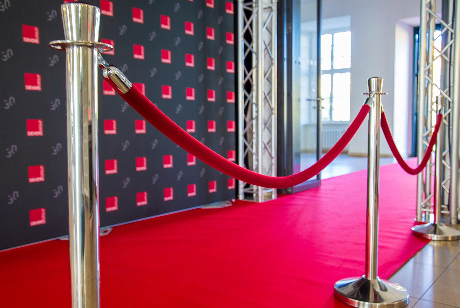 roter Teppich mit einer edlen Abgrenzung