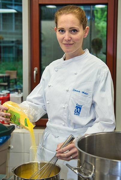 Mitarbeiterin von food et event beim kochen